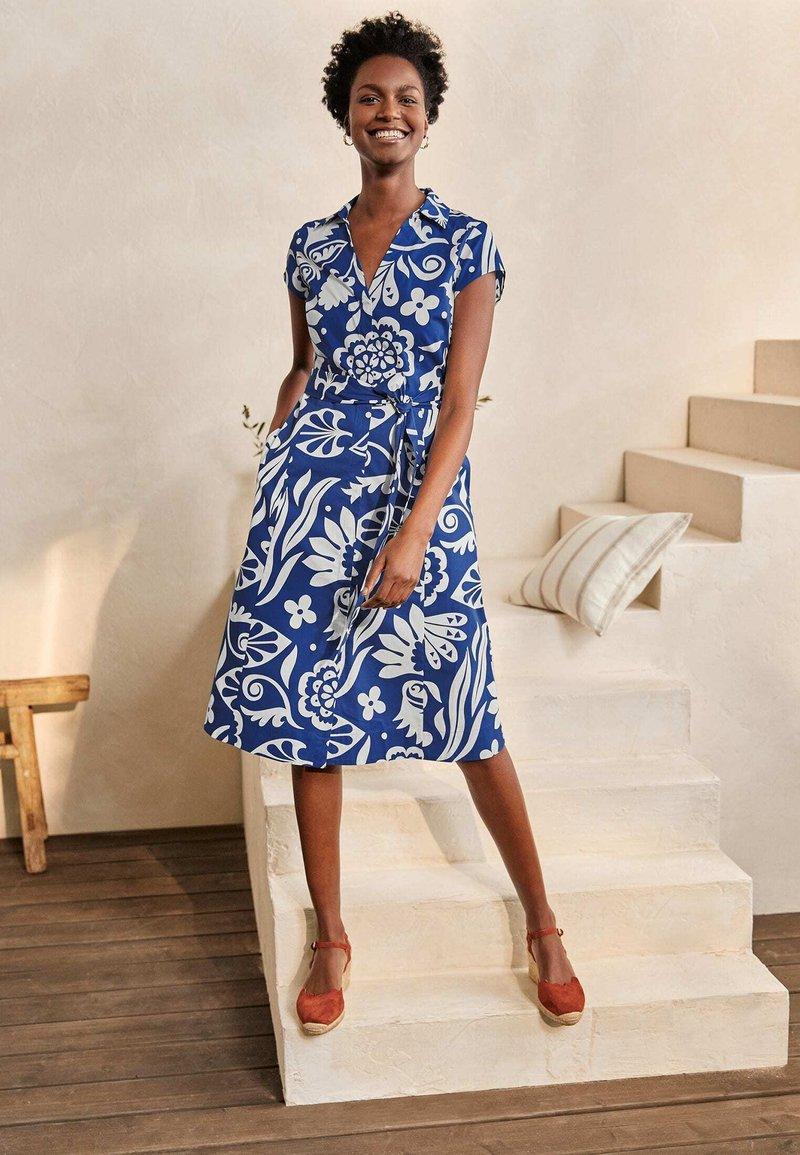 Boden - ROWENA  - Shirt dress - gipfelblau/tropischer garten