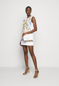 Versace Jeans Couture - LADY DRESS - Denimové šaty - optical white/blue bell - 1