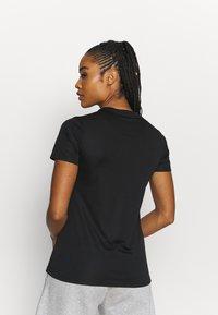 Reebok - RUN ESSENTIALS T-SHIRT - T-shirt de sport - black - 2