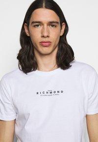 John Richmond - AMBUR - Triko spotiskem - white - 4