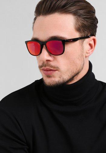 TRILLBE X UNISEX - Sunglasses - ruby iridium