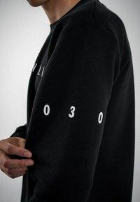 PLUSVIERNEUN - BERLIN - Sweatshirt - black - 8