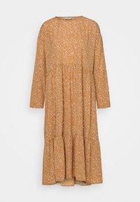 NMKATJA LOOSE DRESS - Denní šaty - brown sugar/white