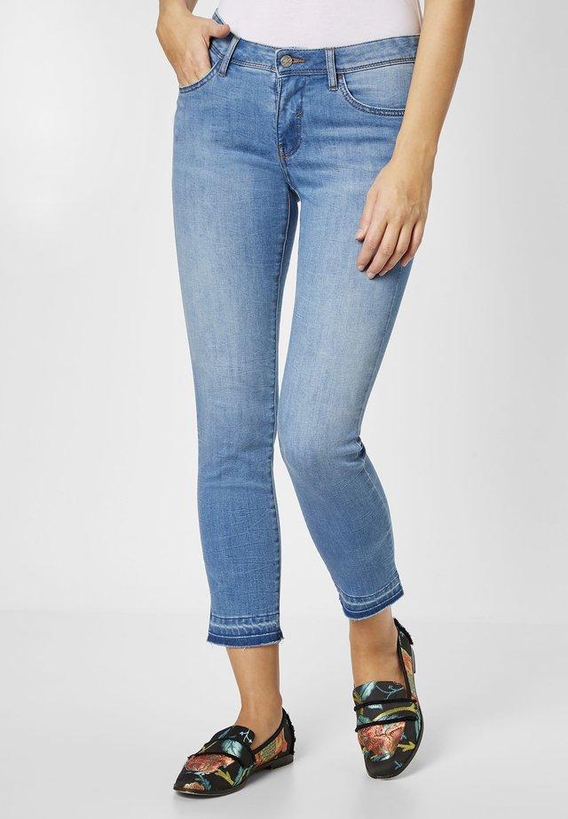 MIT AUFGETRENNTEM SAUMEN - Slim fit jeans - blue
