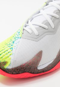 Nike Performance - AIR ZOOM VAPOR CAGE 4 - Buty tenisowe uniwersalne - white/solar red/hot lime/neo turquoise - 5