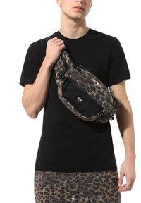 Vans - MN SURVEY CROSS BODY - Across body bag - leopard print - 0