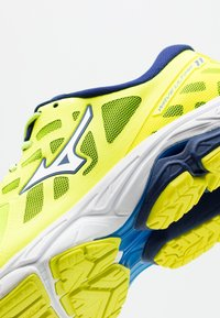 Mizuno - WAVE ULTIMA 11 - Neutrale løbesko - yellow/white/bluedepths - 5
