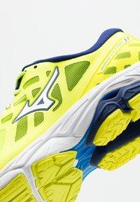 Mizuno - WAVE ULTIMA 11 - Scarpe running neutre - yellow/white/bluedepths - 5