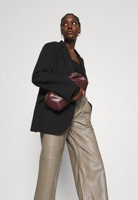 JUST FEMALE - ROY TROUSERS - Pantalon en cuir - grey - 3