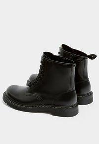 PULL&BEAR - Šněrovací kotníkové boty - black - 3