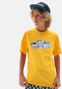 Vans - BY OTW LOGO FILL  - Print T-shirt - saffron/califas - 0
