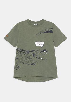 ANGUS  - Print T-shirt - green