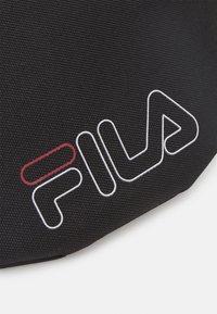 Fila - WAIST BAG SLIM ROSSO SMALL LOGO UNISEX - Ledvinka - black - 4