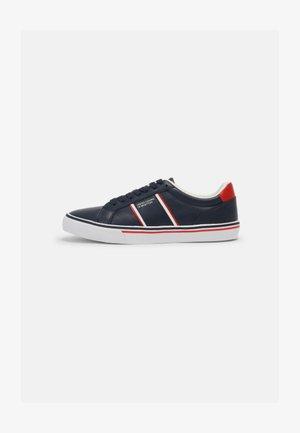 CRISPY - Sneakers basse - navy/red