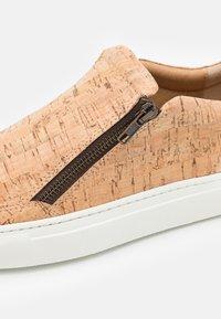 NAE Vegan Shoes - EFE VEGAN - Trainers - brown - 5