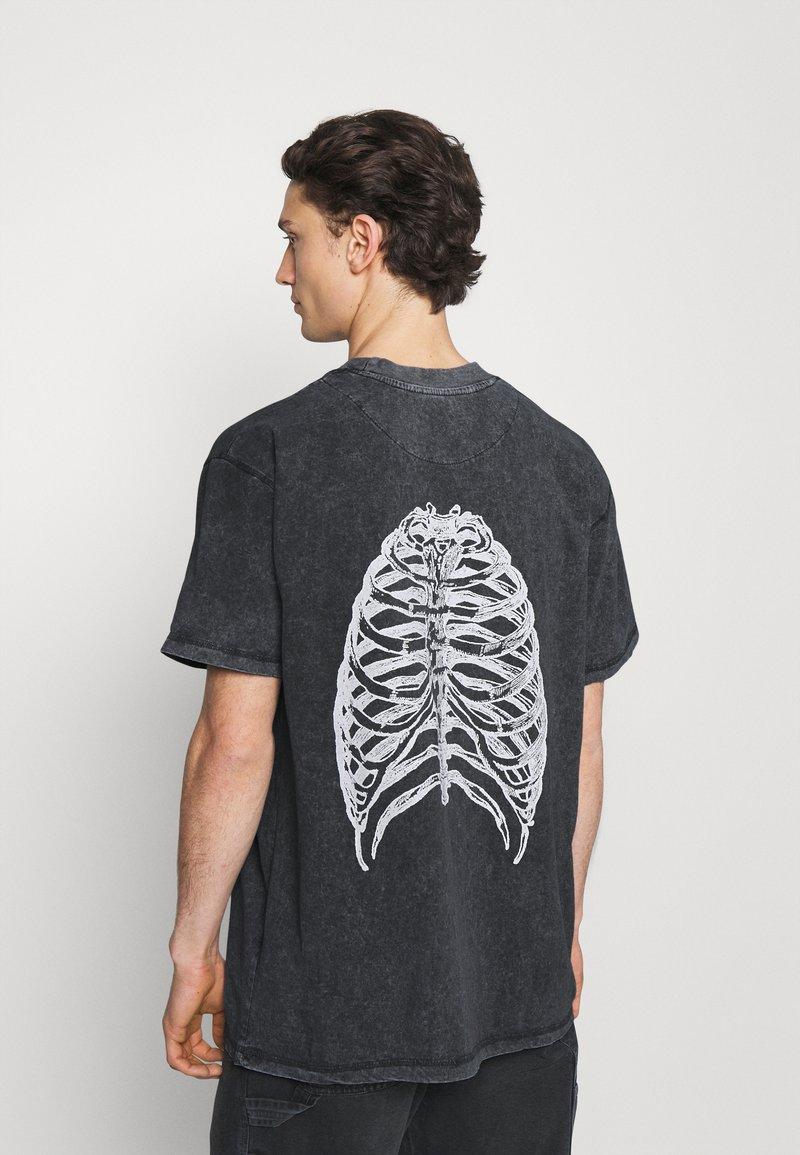 Night Addict - CHEST UNISEX - T-shirt med print - black acid wash