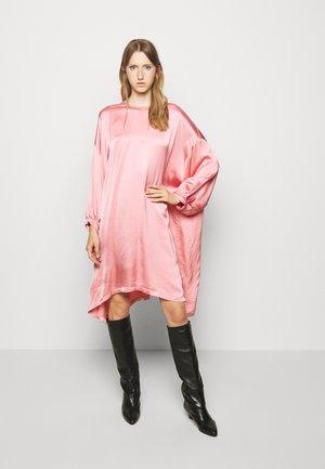 NONCHALANT DRESS - Denní šaty - stawberry ice