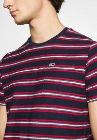 Tommy Jeans - STRIPE TAB TEE - T-shirt z nadrukiem - twilight navy - 6