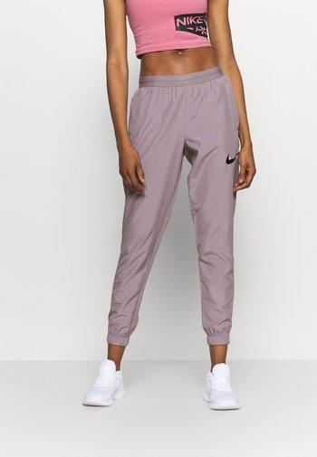 RUN PANT - Pantalon de survêtement - purple smoke/light violet/black