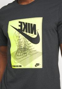 Nike Sportswear - FESTIVAL TEE - Camiseta estampada - smoke grey/ volt - 5