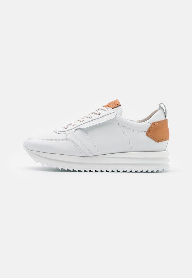 JAZZ - Baskets basses - bianco/caramel