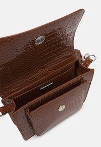 HVISK - CAYMAN POCKET - Across body bag - tawny brown - 2