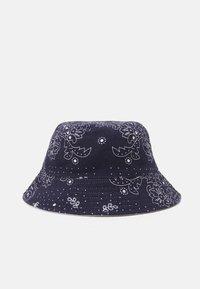 Levi's® - REVERSIBLE BANDANA BUCKET HAT UNISEX - Klobouk - navy blue - 1