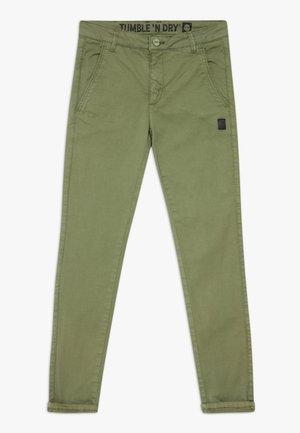 GUSTAVO - Chino kalhoty - vineyard green