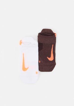 UNISEX 2 PACK - Trainer socks - mahogany/bright mango/white