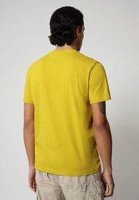 Napapijri - SALLAR - Print T-shirt - yellow moss - 1