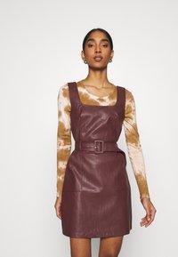Fashion Union - TAYLA DRESS - Pouzdrové šaty - brow - 0