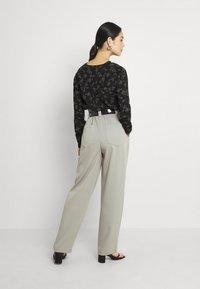 EDITED - DANA PANTS - Trousers - grau - 2