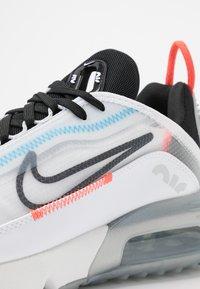 Nike Sportswear - AIR MAX 2090 - Tenisky - white/black/pure platinum/bright crimson/wolf grey/blue hero - 2