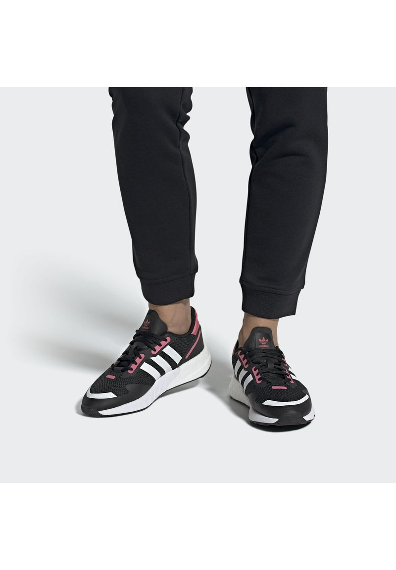 adidas Originals - Trainers - cblack/ftwwht/hazros