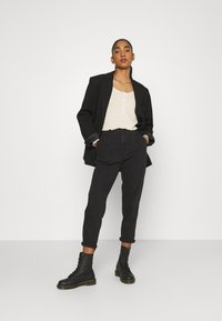 Levi's® - HOLLYWOOD WB HW TAPER - Jeans Relaxed Fit - flash black washed - 1