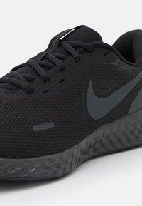 Nike Performance - REVOLUTION 5 - Obuwie do biegania treningowe - black/anthracite - 5