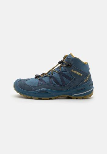 ROBIN GTX QC UNISEX - Hiking shoes - stahlblau/senf