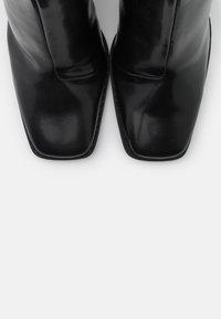 Monki - VEGAN ROBBIE BOOT - Kotníková obuv na vysokém podpatku - black dark - 5