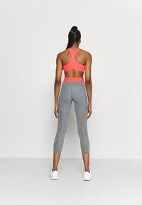 Nike Performance - 7/8 FEMME - Leggings - smoke grey heather/bright mango/white - 2
