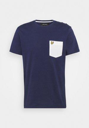 CONTRAST POCKET  - T-shirts print - navy/ white