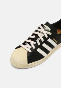 adidas Originals - SUPERSTAR UNISEX - Sneakers basse - black - 6