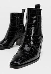 Stradivarius - Kovbojské/motorkářské boty - black - 4