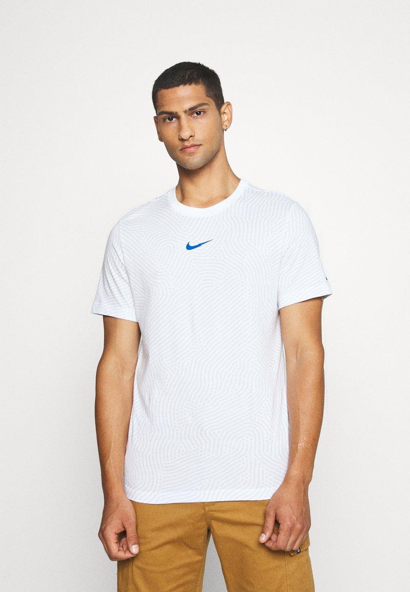 Nike Sportswear - Triko spotiskem - white