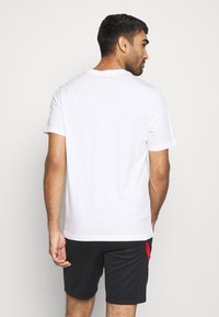 Nike Performance - POLEN TEE EVERGREEN CREST - Camiseta estampada - white - 2