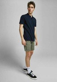 Jack & Jones - 2 PACK - Shorts - dusty olive - 4