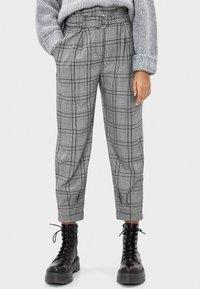 Bershka - MIT GÜRTEL  - Trousers - light grey - 0