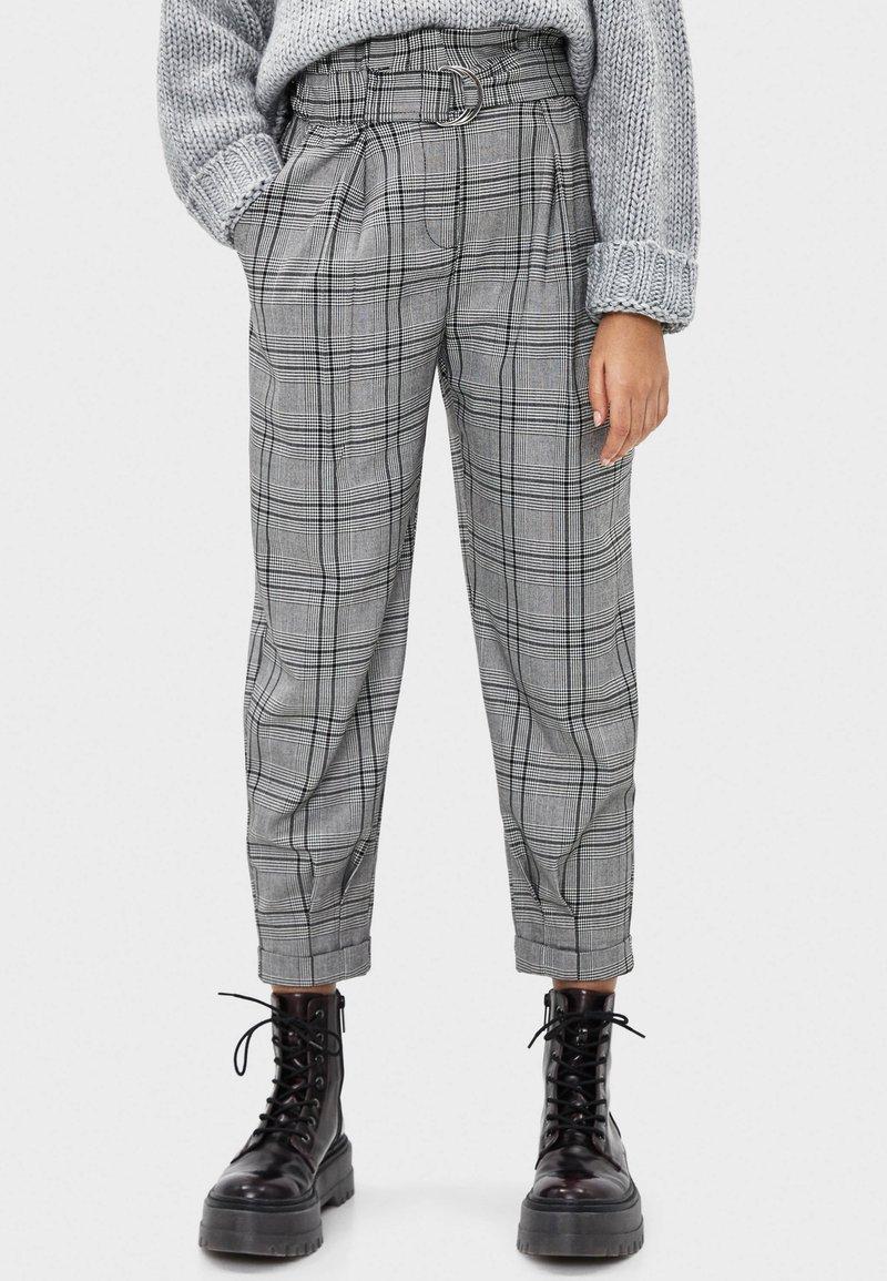 Bershka - MIT GÜRTEL  - Trousers - light grey