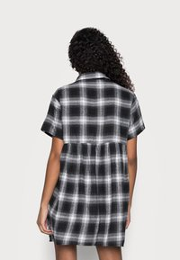 Missguided Petite - SMOCK DRESS CHECK - Shirt dress - black - 2