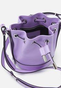 The Kooples - TINA KUNAKEY SMALL BUCKET - Schoudertas - purple - 2