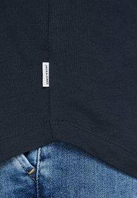Jack & Jones - JJECURVED TEE O NECK - T-shirts basic - navy blazer - 3